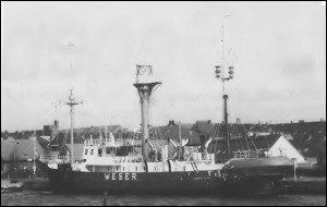 """Ein Aushängeschild der Stadt Wilhelmshaven, das Feuerschiff """"Weser"""" gammelt im Großen Hafen vor sich hin. Ein Tourist: """"Da kannste ja kein Foto von schießen, überall die in großen Placken abblätternde Farbe. Sieht ja aus wie auf'm Schrott!"""""""