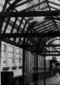 Die zu einem großen Teil zerbombte Innenstadt ist nicht reich bestückt mit sehenswerten Häuserfassaden - die wenigen noch vorhandenen müssen aber so verdeckt werden, daß der Blick sich nicht von den Schaufensterauslagen eines ehemaligen Imbisses abwenden kann.