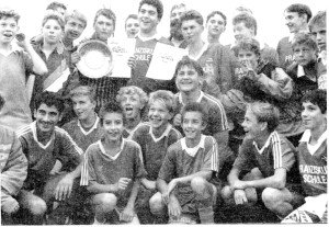 Die ersten und zweiten Sieger des diesjährigen Wilhelm-Krökel-Pokal-Turniers von der Nogat- und Franziskusschule zusammen mit dem DGB-Vorsitzenden Manfred Klöpper (hinten, halb verdeckt) nach der Siegerehrung