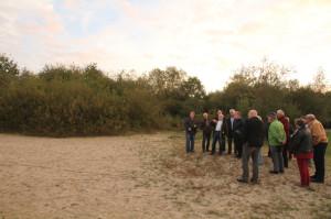 Volker Block (links) hatte zum Ortstermin in Klein-Wangerooge geladen. Michael Witt vom Stadtplanungsamt (3.v.l.) erläuterte das Konzept für den Campingplatz. Foto: Imke Zwoch