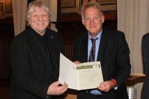 Gerd Brandt (links) erhielt die Urkunde vom Leeraner Bürgermeister Wolfgang Kellner. Foto: Artychoke