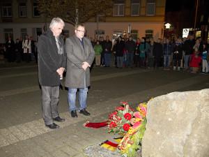 Kranzniederlegung der SPD durch MdL Holger Ansmann (links) und Volker Block (Kreisvorsitzender WHV). Foto: iz