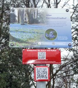 Diese Schilder kennzeichnen die Stationen der Naturschätze-Route durch Wilhelmshaven. Foto: Gegenwind