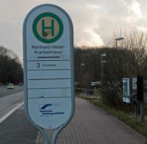 Zumindest an der Bushaltestelle existiert das gute alte Reinhard-Nieter-Krankenhaus noch (Februar 2015). Foto: iz/Gegenwind