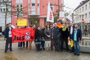 Die Initiatoren und einige Teilnehmer der spontanen Protestversammlung für Jan Böhmermann auf der Rambla. Foto: Imke Zwoch