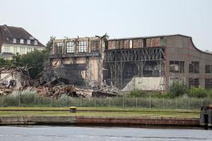 """""""The last stand"""": Tapfere einsame Außenmauer der Maschinenhalle (Mitte links), August 2015. Rechts die Hälfte des Kesselhauses, die bis April 2016 stehen blieb. Foto: Imke Zwoch"""