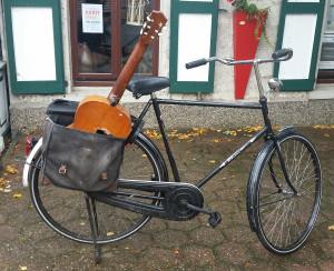 Fahrrad mit Gitarre