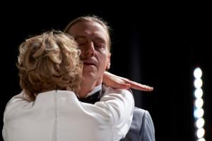 Die Nähe täuscht: Effi Briest (Alina Müller) und von Instetten (Aom Flury). Foto: Landesbühne