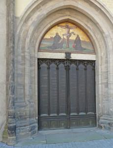 Die 95 Thesen sind heute in bronze an der Tür der Schlosskirche zu Wittenberg verewigt. Foto: Gegenwind