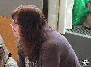Ratsfrau Petra Stomberg (Grüne) befragt den Oberbürgermeister | Foto: Ulf Berner