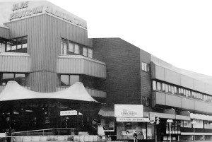 Jade-Zentrum: Mit solcher Architektur konnten führende Architekten in den sechziger Jahren erfolgreich gegen die verwirrende Vielfalt der Stadtansichten vorgehen. Wozu muß es in Wilhelmshaven anders aussehen, als in Wanne-Eickel? Der Konsument wird nur irritiert. Was er sucht, ist ein guter Parkplatz (hier ist Wilhelmshaven schon jetzt Weltspitze) und den Eingang zum Supermarkt.