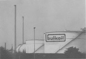 Ziert BULK OILs Schriftzug bald die Tanks der MOBIL-OIL-Raffinerie? Während die Gerüchteküche brodelt, treffen die Behörden bereits ihre Entscheidungen. Der Bürger wird, wie so oft, auch hier vor vollendete Tatsachen gestellt werden.