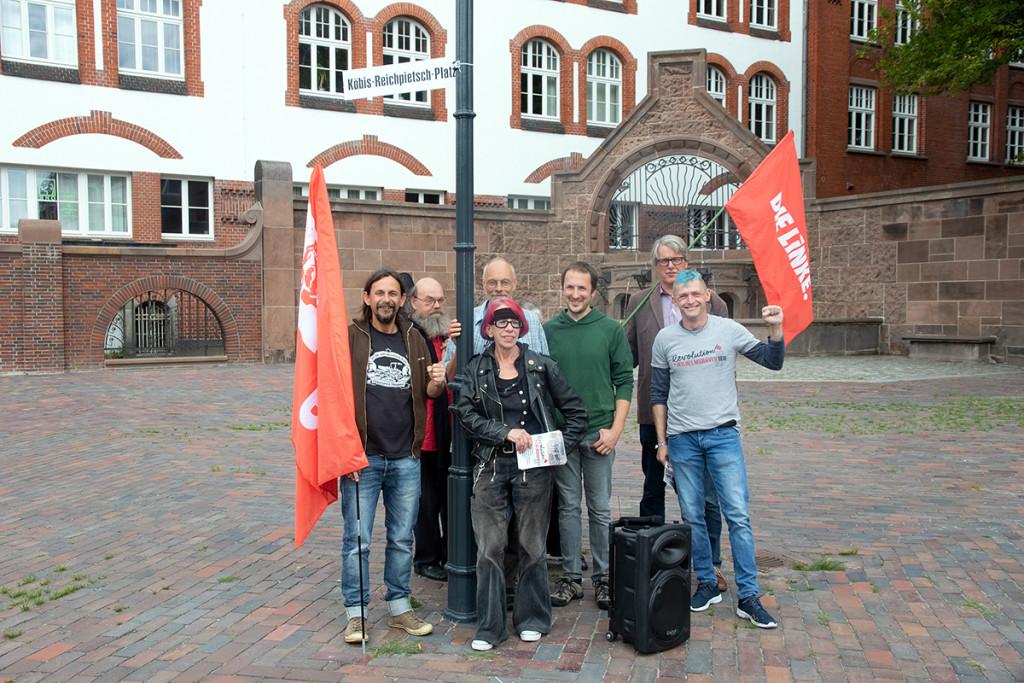 """Der Arbeitskreis """"November-Revolution Wilhelmshaven"""" auf dem Köbis-Reichpietsch-Platz. Foto: Imke Zwoch"""