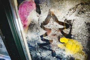 Nicht einfach drüber wegputzen: Für die Gebäudereinigerinnen und Fensterputzer gehört zum Tannenbaum auch Weihnachtsgeld. Foto: IG BAU