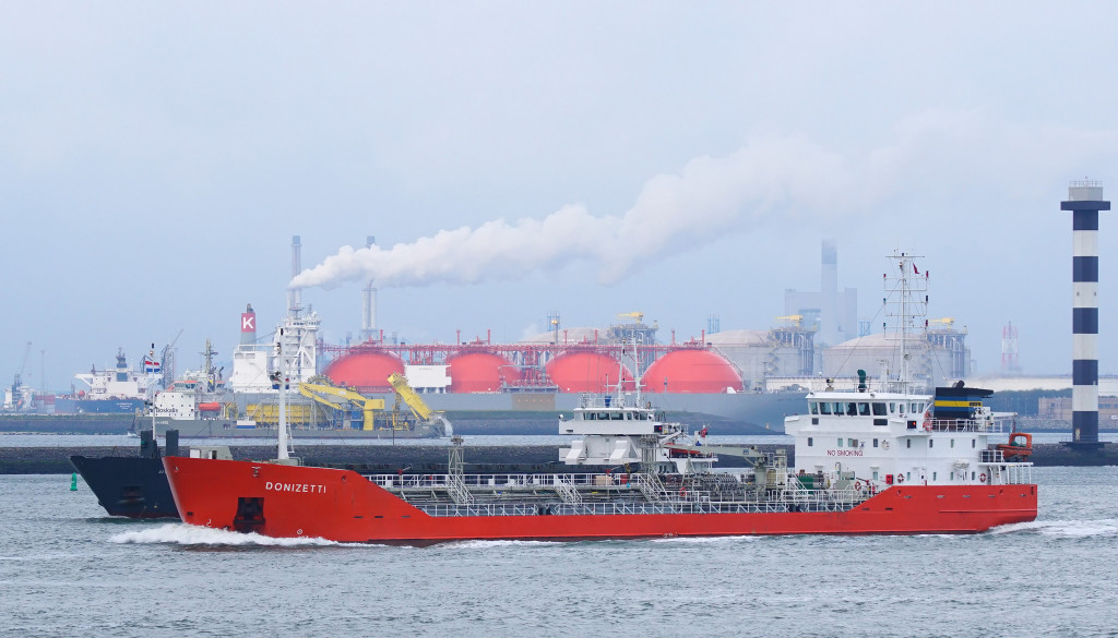 Der LNG-Tanker ArcticVoyager (mit 4 roten Tanks) im Europoort Rotterdam. Foto: Kees Torn / flickr / CC BY-SA 2.0