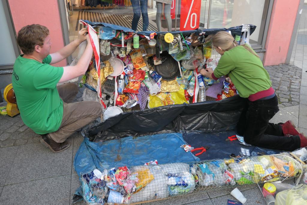 BUNDjugend und Kreisgruppenmitglieder schufen gemeinsam ein Müll-Kunstwerk. Foto: BUND