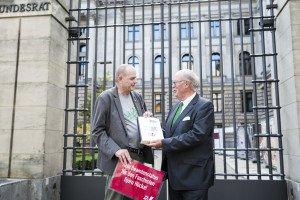 Petitionsübergabe durch Ulf Berner (links) an den Vorsitzenden der Innenministerkonferenz, Hans-Joachim Grote