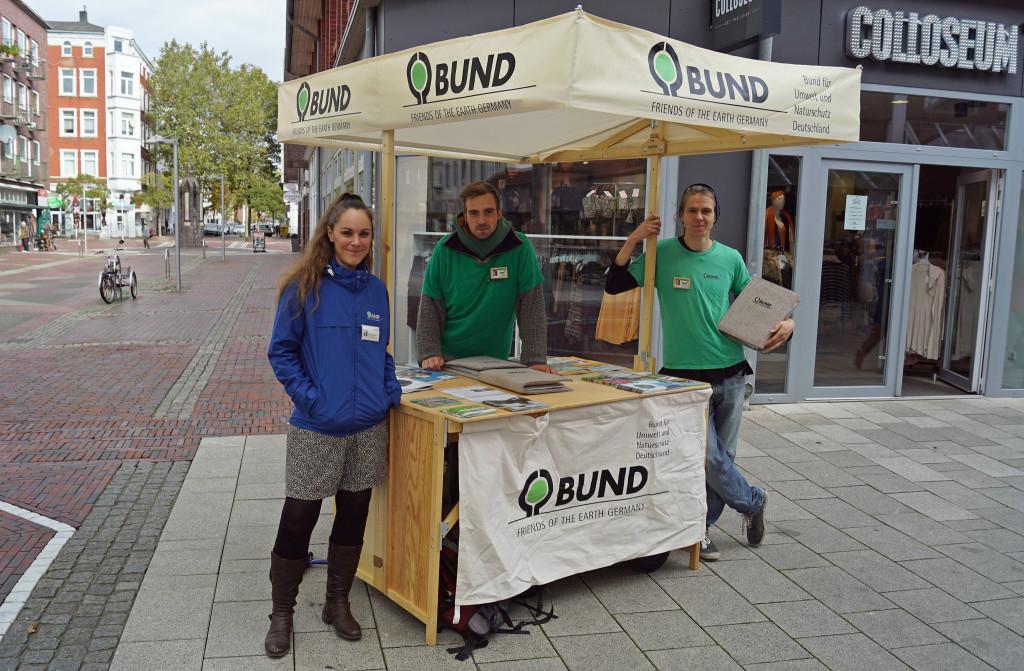 Drei junge Aktive des BUND-Bundesverbandes am Infostand in Wilhelmshaven. Foto: BUND