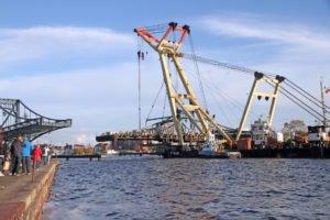 Die ausgehängte Deichbrücke am Schwimmkran unterwegs im Großen hafen. Foto: Imke Zwoch